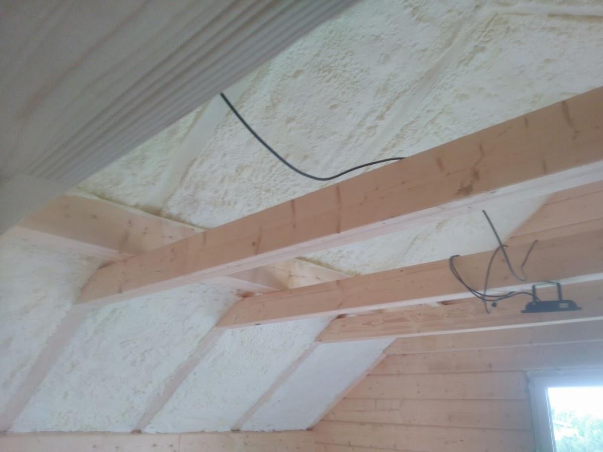 Nadkrokevní zateplení šikmé střechy pěnovou izolací.