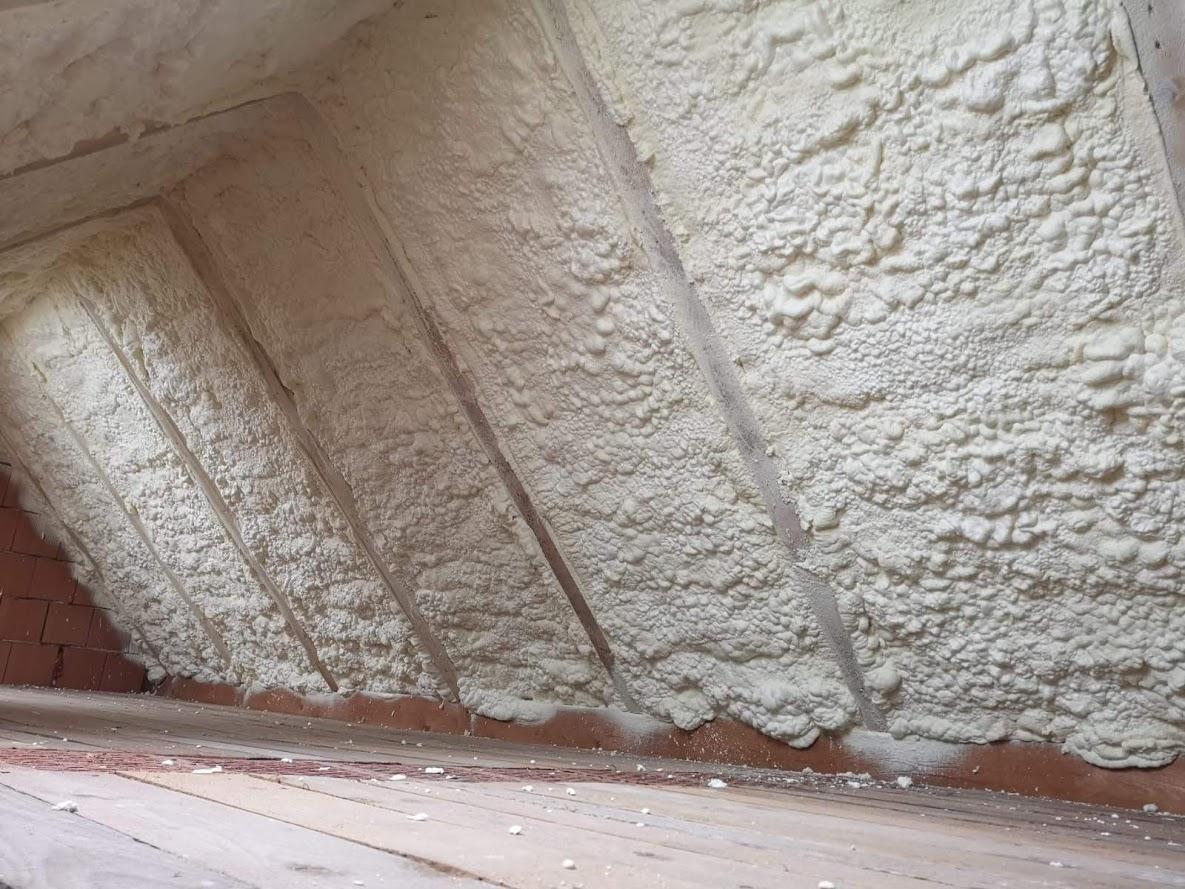Zateplení šikmé střechy pěnovou izolací.