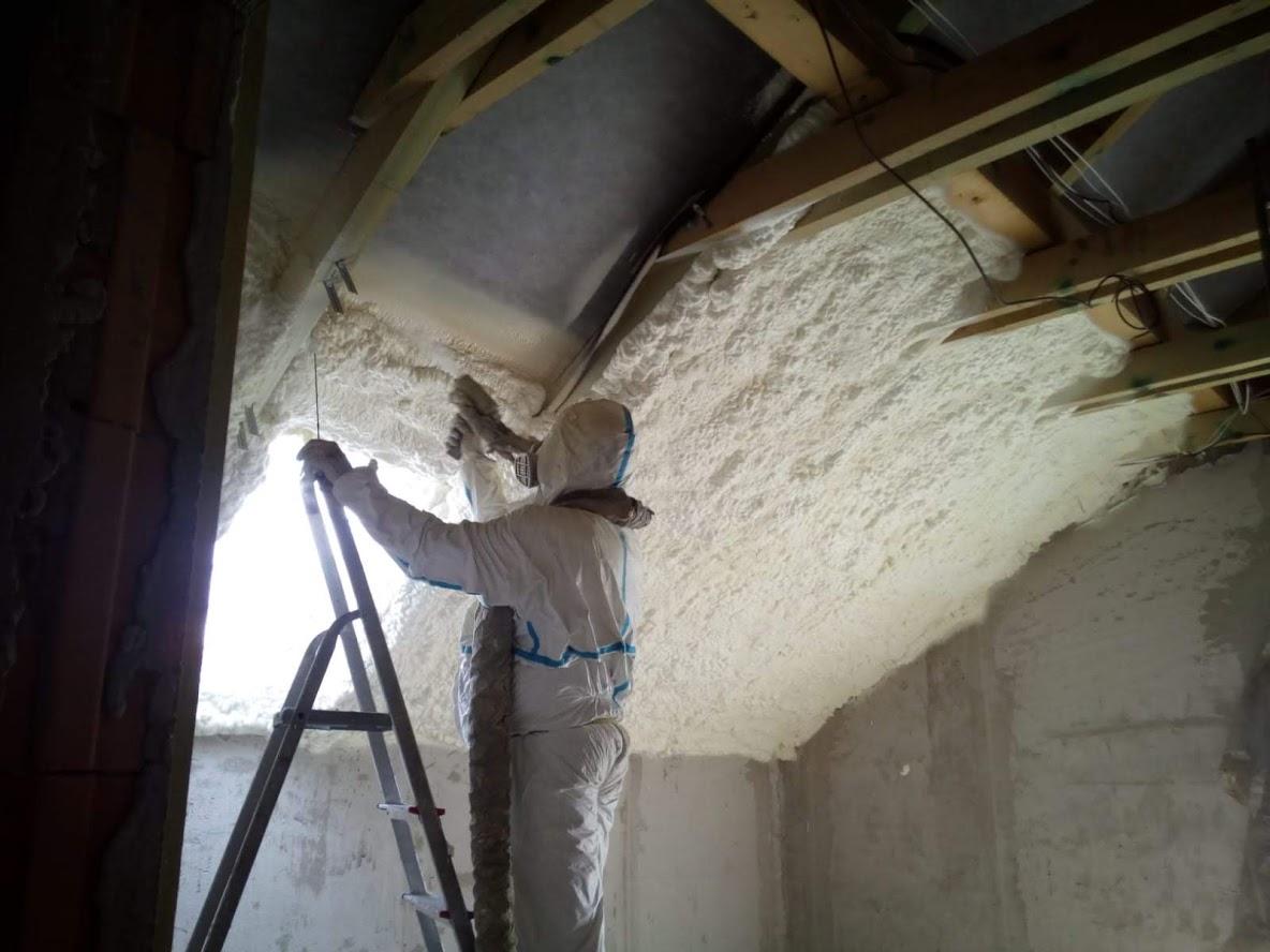 Zateplení střechy rodinného domu foukanou pěnovou izolací
