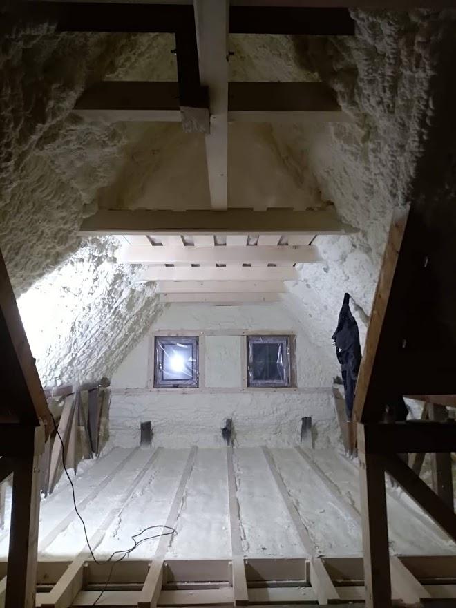 Kombinovaná aplikace měkké a polotvrdé pěny při zateplení srubové stavby